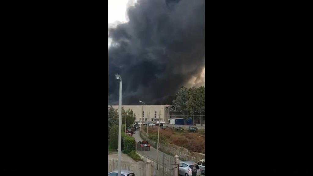 Disastro Ambientale. A fuoco fabbrica ad Airola, immensa nube tossica invade i cieli tra le province di AV NA CE